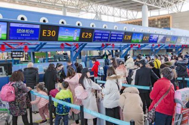 杭州机场春?#19997;?#27969;连创新高 7天运送?#27599;?1万人次