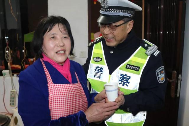 十六年的执着 宁波宁海村民为值守交警送姜茶(图)