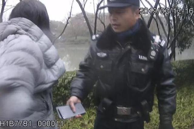 杭州1女子因生意失败欲跳河 警察仅用几秒就将其救起