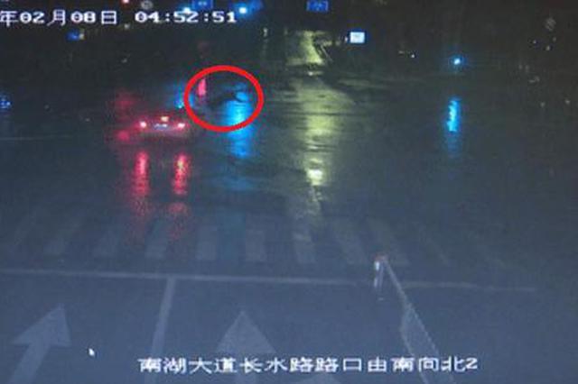 电动车逆行又闯红灯 嘉兴2老人前后双双被撞住院