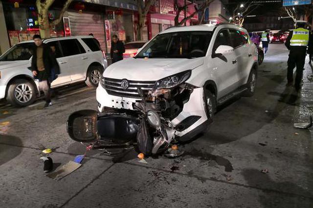 衢州特警巡逻路上遇车祸 越野车下徒手救老人