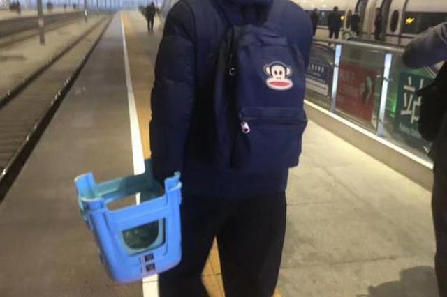 浙江民警出差带逃犯 自备3条小板凳坐火车走红网络