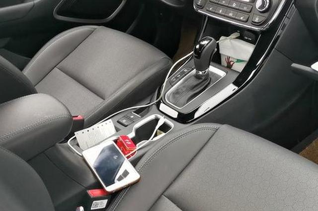 高速排队缓行时停车捡手机 浙1老司机脚一松新车追尾