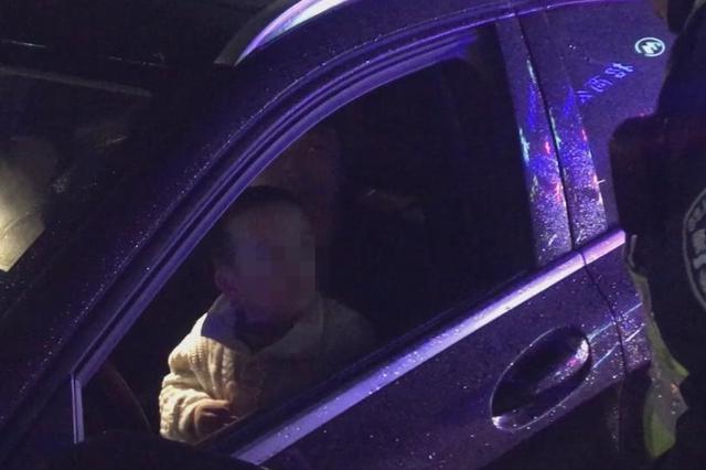 温州高速上男童坐驾驶室开车 交警一查发现前排有4人