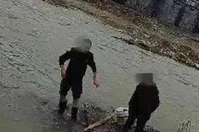 丽水两七旬老人埋头洗菜被困河中 关键时刻民警出现