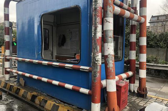 杭州1巨无霸车辆过收费站 数吨货物掉落险砸伤收费员