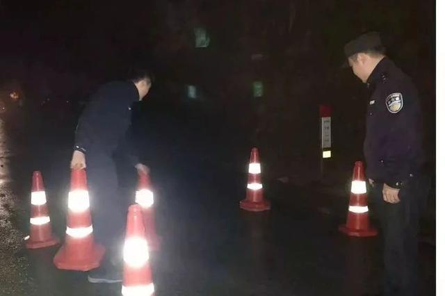 冷雨夜丽水龙泉一道路突发滑坡 民警徒手清道