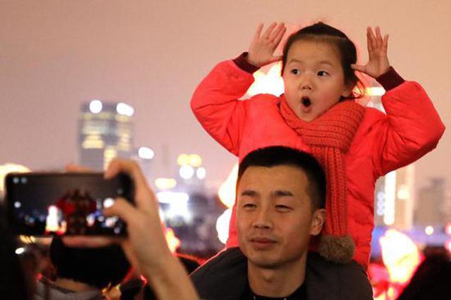 元宵各类主题彩灯亮相 杭州市民观景赏灯过节