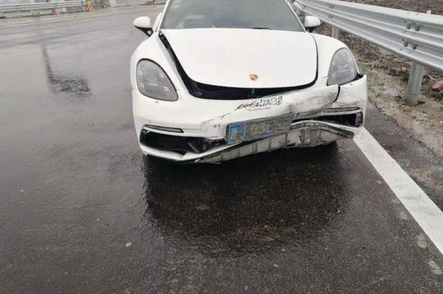 台州1保时捷刚入高速猛踩油门超车 失控撞向护栏闯祸