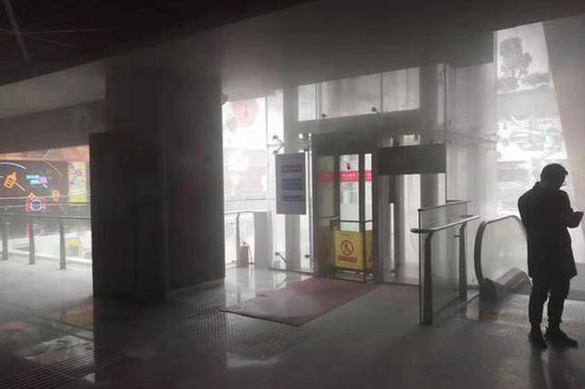 杭州火车东站一电梯冒浓烟 消防经排查未发现起火点