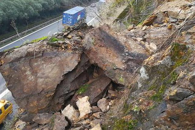 连续阴雨致浙1高速出现塌方落石 民警封道处置险情