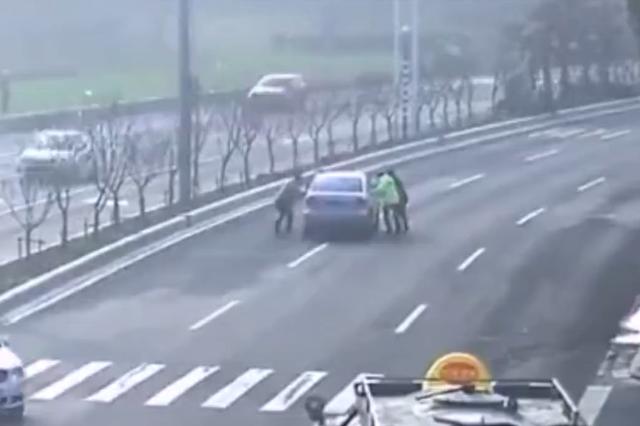 嘉兴一女司机驾车途中突然晕倒 轿车仍在向前跑