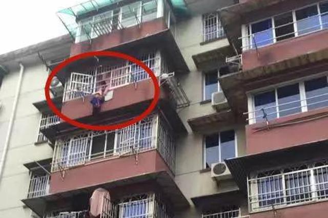 浙5岁男孩悬在5楼雨棚上 8岁姐姐扑在阳台上抓住其手
