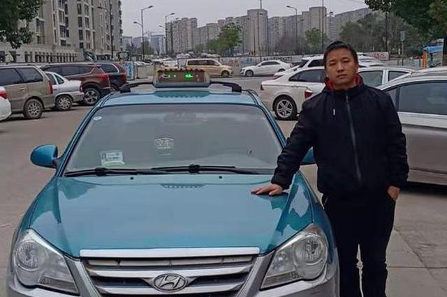 女子被抢劫后路边招手求助 杭州一的哥?#34987;?#33457;使者