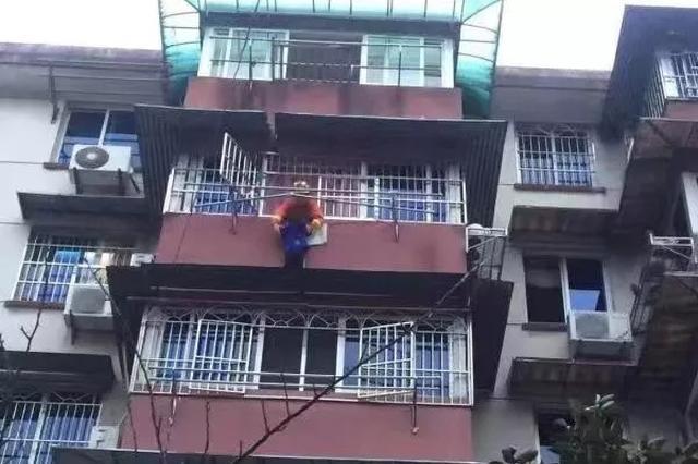 宁波5岁男孩悬在5楼雨棚 8岁姐姐扑在阳台紧抓他的手