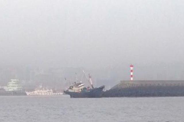 浙江一渔船触碰防波堤后搁浅 9名渔民成功被救助(图)