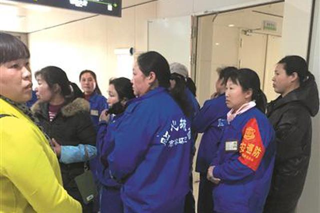 杭州1环卫工被撞身亡 刚和同事在高架上护理完?#24405;?#33457;