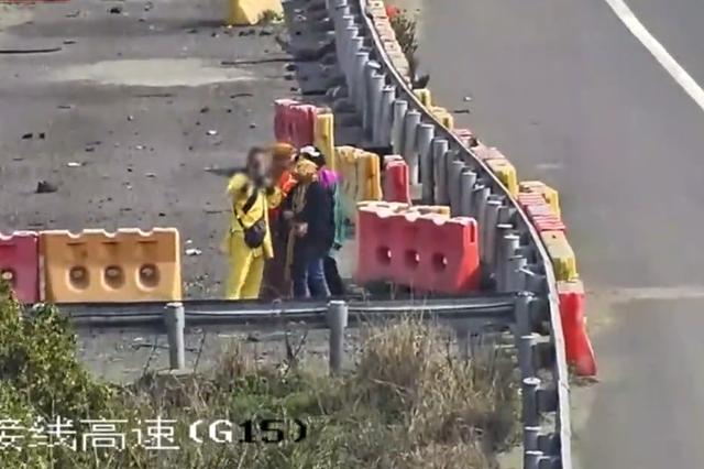 仰慕杭州湾跨海大桥美名 唐僧师徒爬上高速合影留念