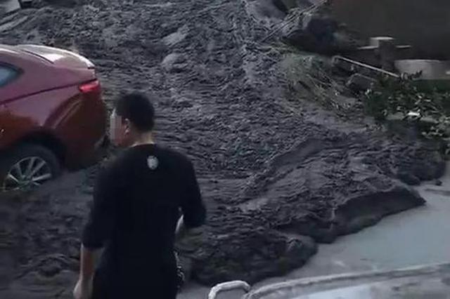 杭州1工地突然涌出?#22047;?七八辆车被冲撞挤在一起(图)