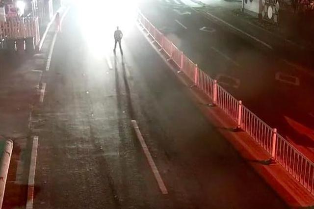 金华1对小两口凌晨吵架 丈夫以身试爱站快车道被撞飞