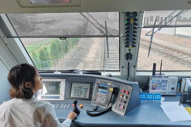 浙江90后火车女司机:刚柔并济的铁路螺丝钉