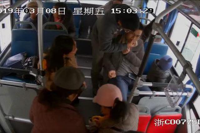 温州1急救医生公交车突发晕厥 司机乘客纷纷施以援手