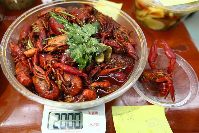 杭州热门外卖小龙虾店老板摔伤 头部着地伤到脑袋