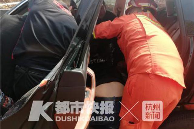 浙玛莎拉蒂车主为捡打火机手被卡 消防破拆座椅营救