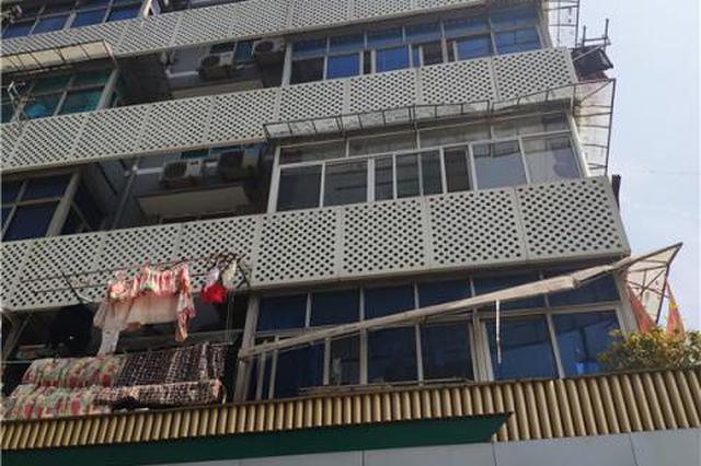 杭州1住户从五楼阳台坠落 二楼雨棚两次格挡救了一命