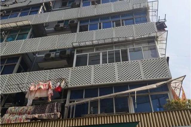 杭州一住户从五楼阳台坠落 两个雨棚救了他一命