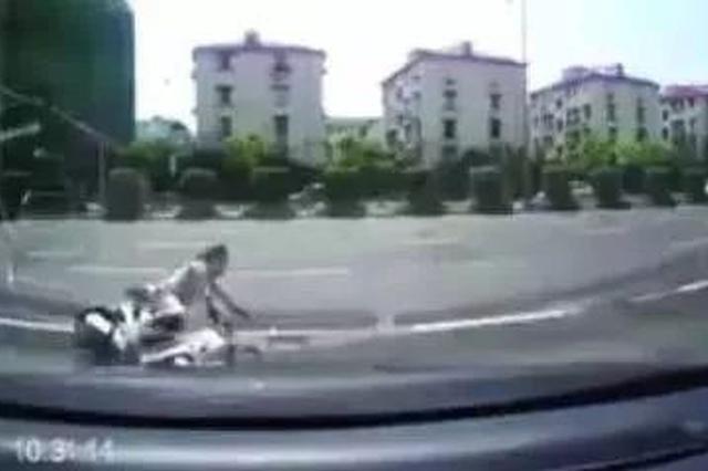 大妈骑电瓶车摔倒在车前 杭州小伙下车去扶赔了200元