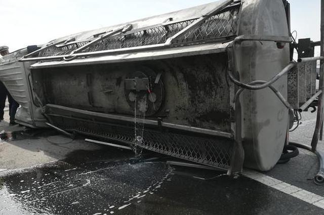 浙高速罐式货车两轮炸胎侧翻 三余吨燃油倾泻高速路