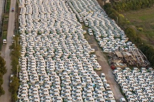 杭州钱塘江边现3个停车场 停着五六千辆闲置电动汽车