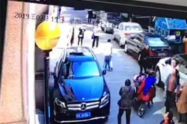扳手从天而降 杭州一奔驰车被砸烂维修费高达8万(图)