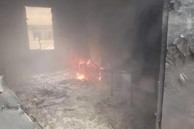 丽水一对双胞胎在客厅放烟花 致房子起火家具被烧毁