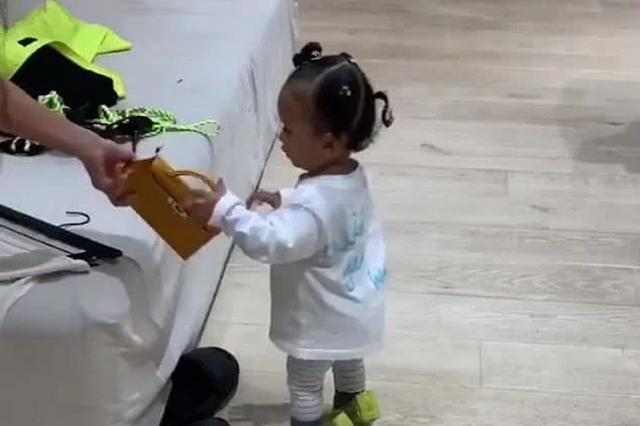 浙粗心妈妈买完牛奶发现5岁女儿不见 原来是跟丢妈妈