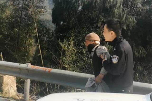 邻县七旬老人昏倒在隧道口 台州民警及时救助送回家