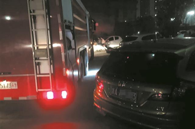 杭州1小区突发大火 小区道路停满私家车消防车进不去