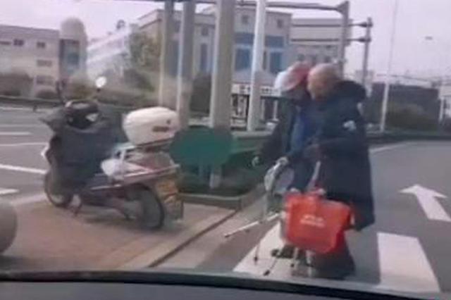 台州一头盔哥扶老人过马路 过往车辆纷纷礼让(图)