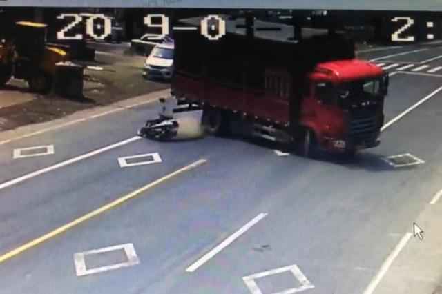 金华大爷被货车撞飞生还 多亏了早上交警发的头盔