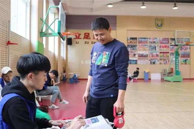 杭州1学校为健康操碎心 为全体教职工组织体质测试