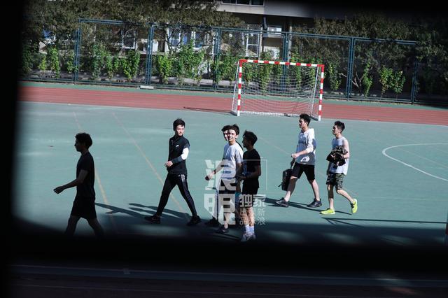 杭州爸爸陪儿子练体测新项目时 四脚朝天飞了出去