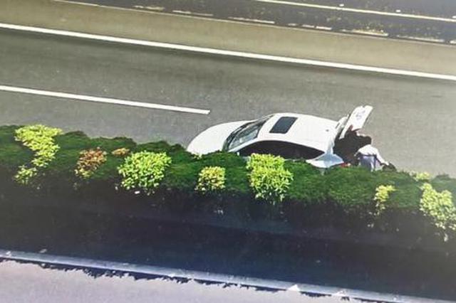 金华男子开车高速上爆胎后 直接在超车道上换起轮胎