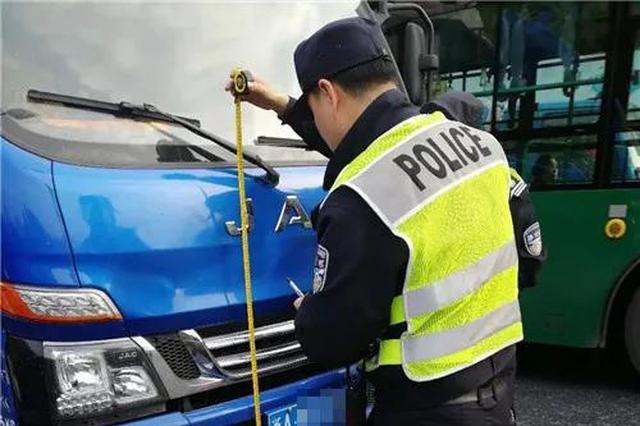 杭州一电动车被货车撞飞 所幸车主戴了头盔(图)