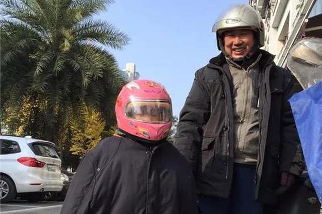 温州一男子每天在路口拿手机拍拍拍 家人还特别支持