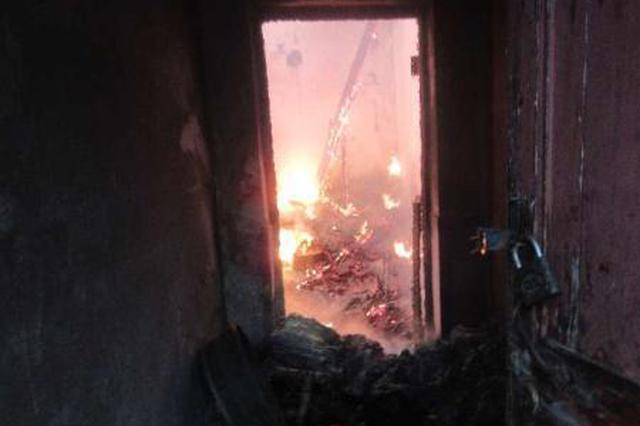 老屋着火三间平房毁于一旦 浙民警火中抢出煤气罐