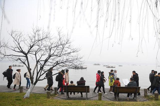 杭州景区游人如织 女子印假门票非法获利7万元