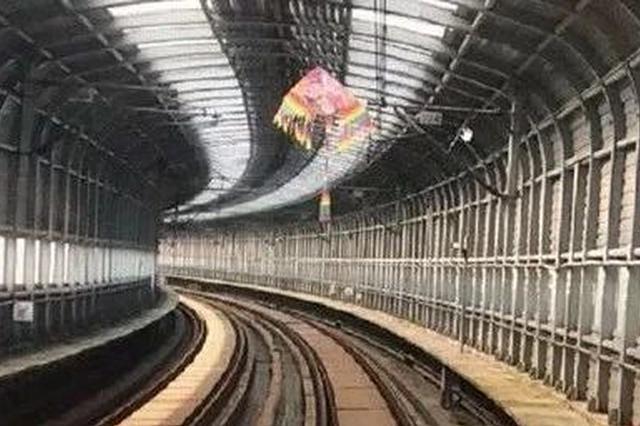 杭州一号线飞进一只风筝 因悬挂接触网地铁被迫降速