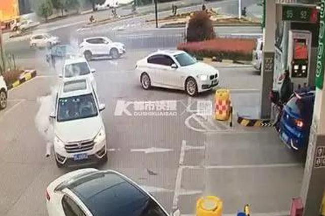 网传金华加油站有人扔点燃的鞭炮 警方:系充电宝自燃
