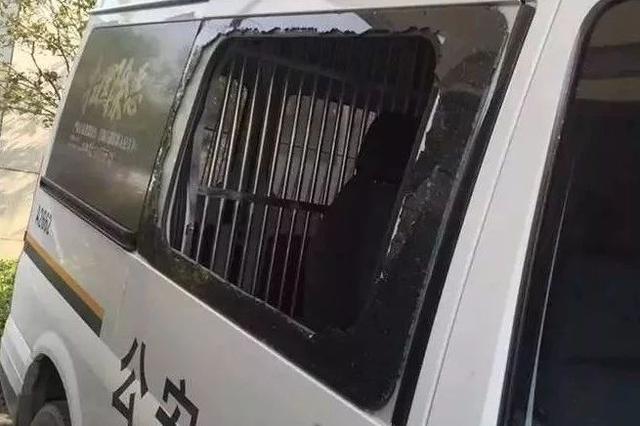 杭州两夫妻吵架报警 男子为了被带走捡起石头砸警车